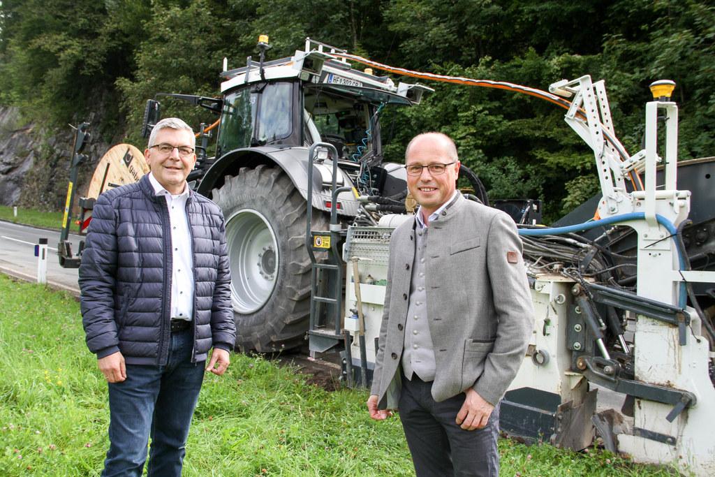 """LR Josef Schwaiger mit Bgm. Herbert Walkner (St. Koloman): """"1,2 Millionen Euro werden hier investiert, damit die Bevölkerung schnelles Internet bekommt."""""""