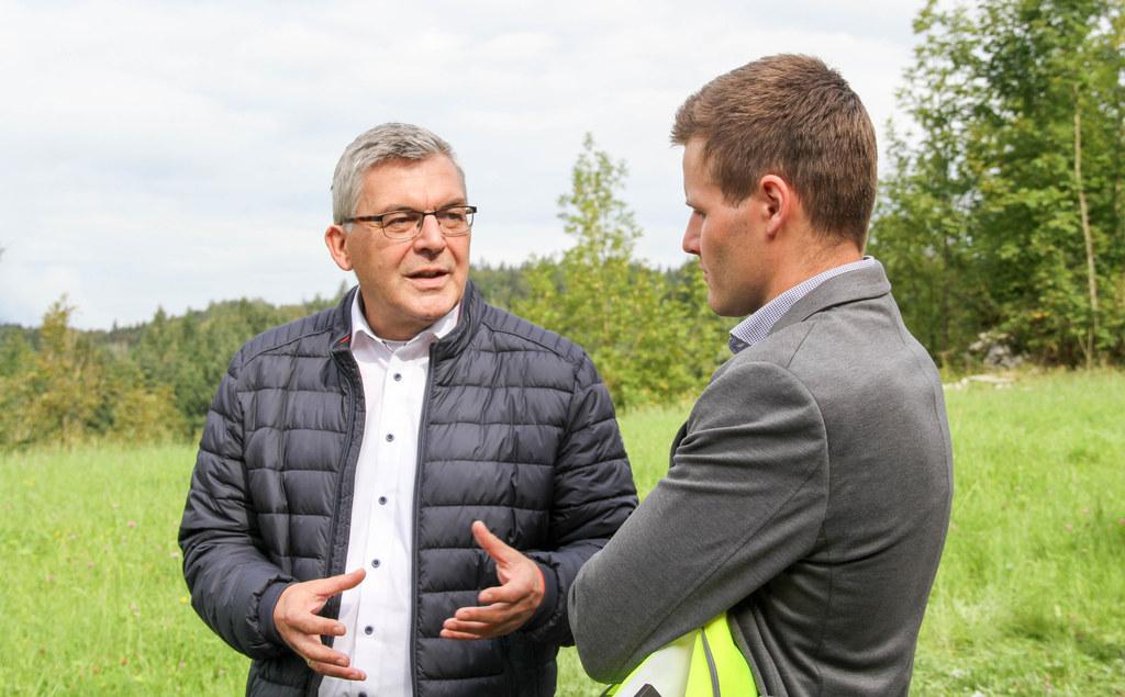 LR Josef Schwaiger mit Breitbandkoordinator Fabian Prudky vom Land Salzburg. Bei ihm laufen die Fäden des Breitbandausbaus zusammen.