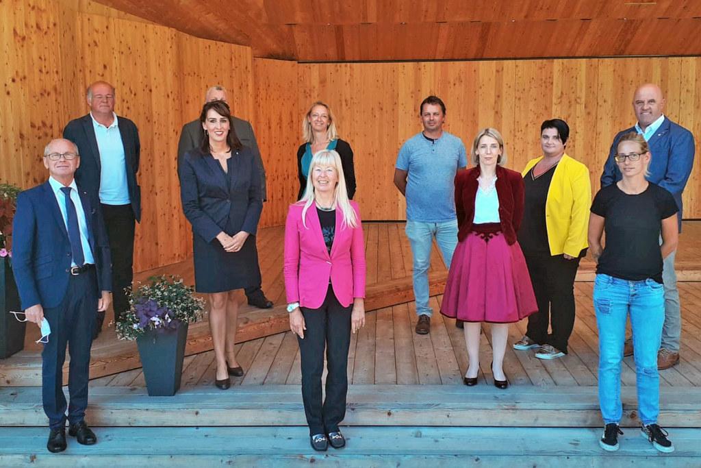Neues Ausbildungsangebot im Pinzgau: LH-Stv. Christian Stöckl und LR Maria Hutter besuchten den Lehrgang für Fach-Sozialbetreuung in Bramberg.