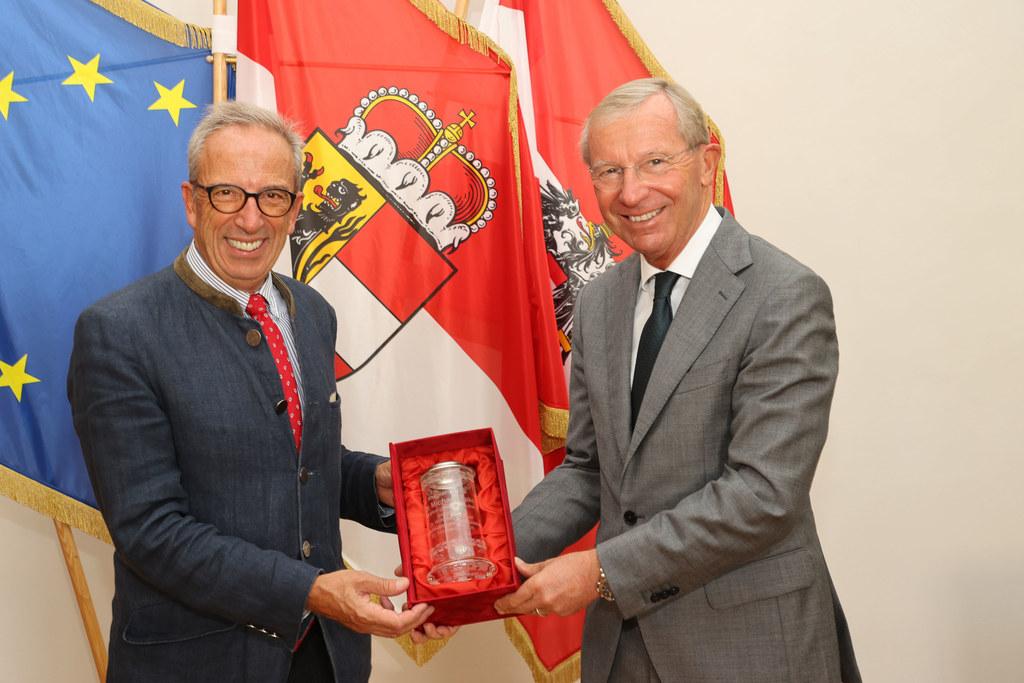 Für wertvolle Verdienste um die PMU ehrte LH Wilfried Haslauer vor einigen Tagen Gründungskanzler Michael Nake.