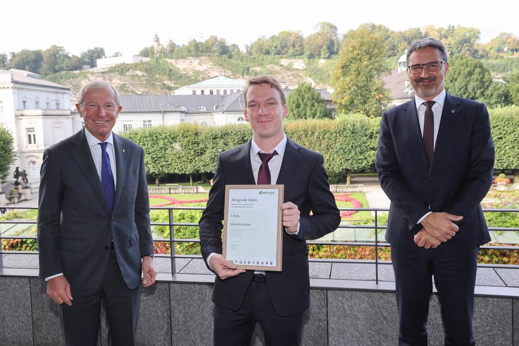 Valentin Gasser aus Bozen wurde als Sieger des Kompositionswettbewerbs für eine Arge-Alp-Fanfare ausgezeichnet. Im Bild mit dem Salzburger LH Wilfried Haslauer (links) und dem Südtiroler LH Arno Kompatscher (rechts).