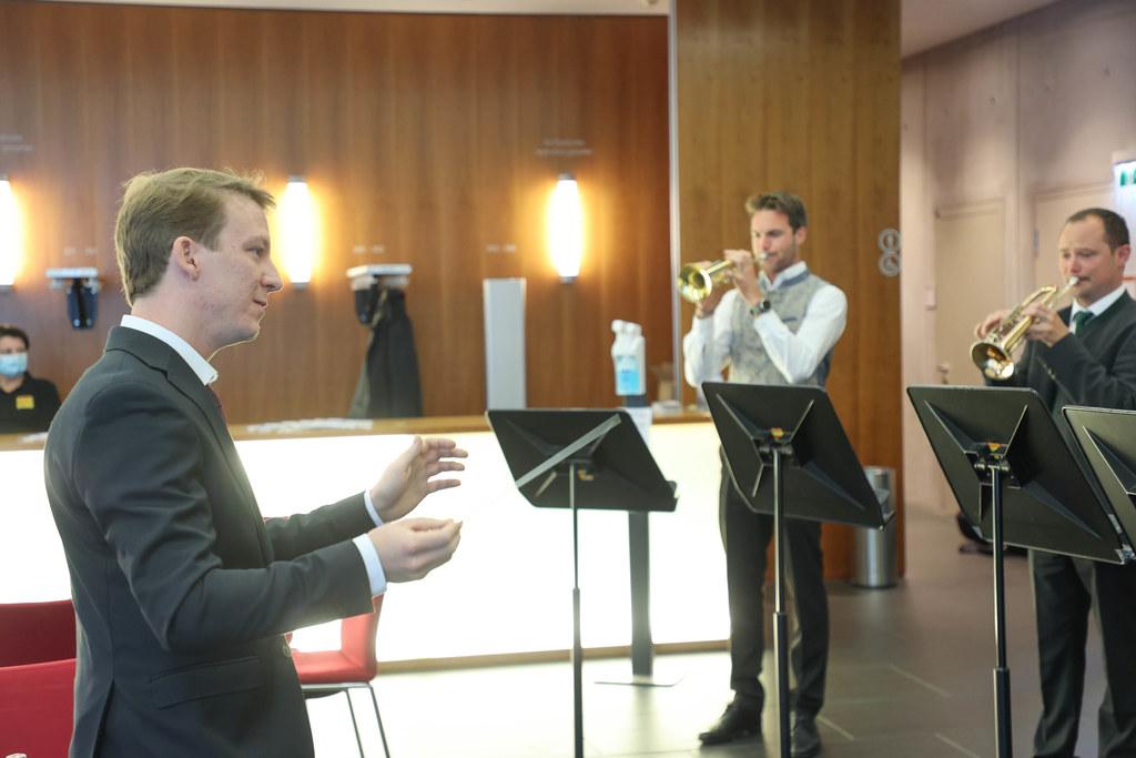 Valentin Gasser beim Dirigieren der Uraufführung der Arge-Alp-Fanfare.