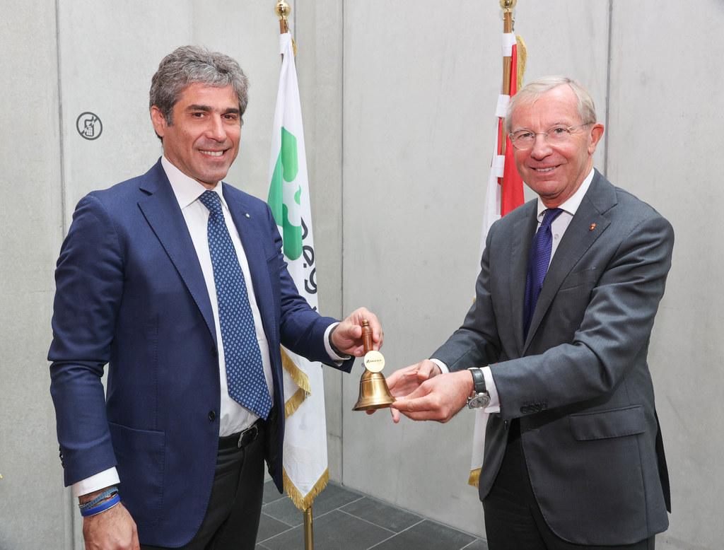 Alan Christian Rizzi (Untersekretär Außenbeziehungen Lombardei) übernimmt von Salzburgs LH Wilfried Haslauer die Glocke für den Vorsitz in der Arge Alp.