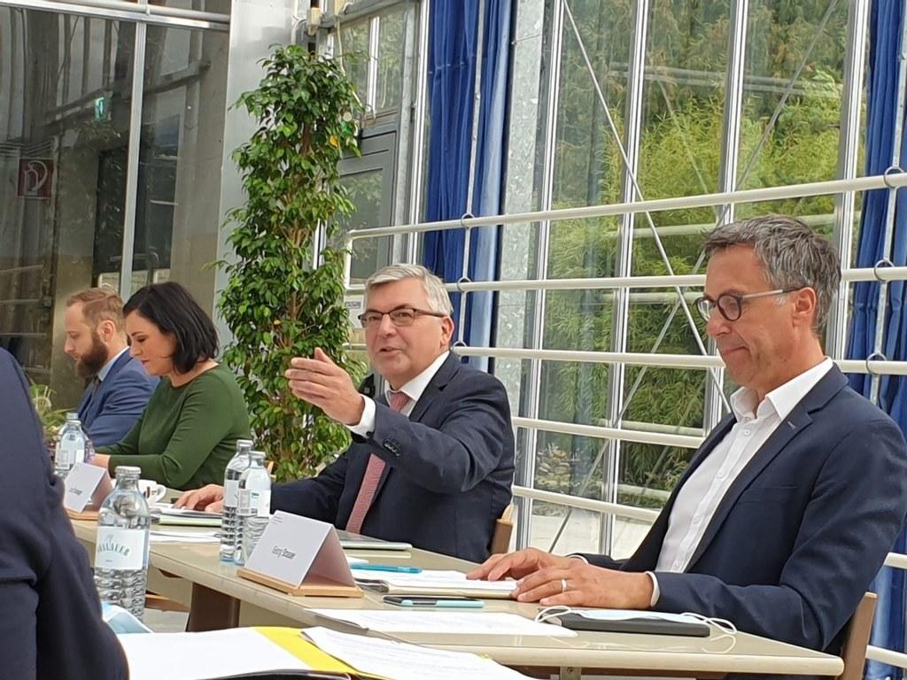 Unter Vorsitz von Landesrat Josef Schwaiger, hier mit Bundesministerin Elisabeth Köstinger und Bauernbund-Präsident Georg Strasser setzen sich die Landesagrarreferenten für verlässliche Förderungen für die Landwirtschaft ein.