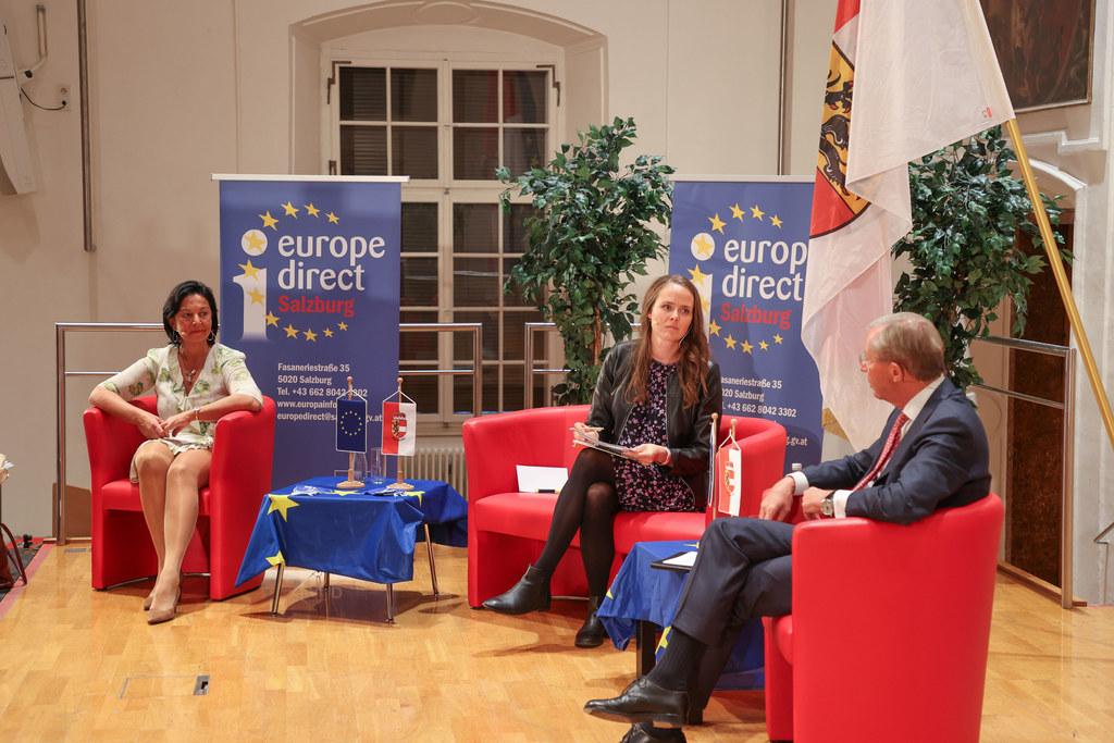 Diskutierten via Live-Stream mit rund 300 Schülern zur EU: Gritlind Kettl (Europe Direct), Moderatorin Katharina Garzuly und LH Wilfried Haslauer.