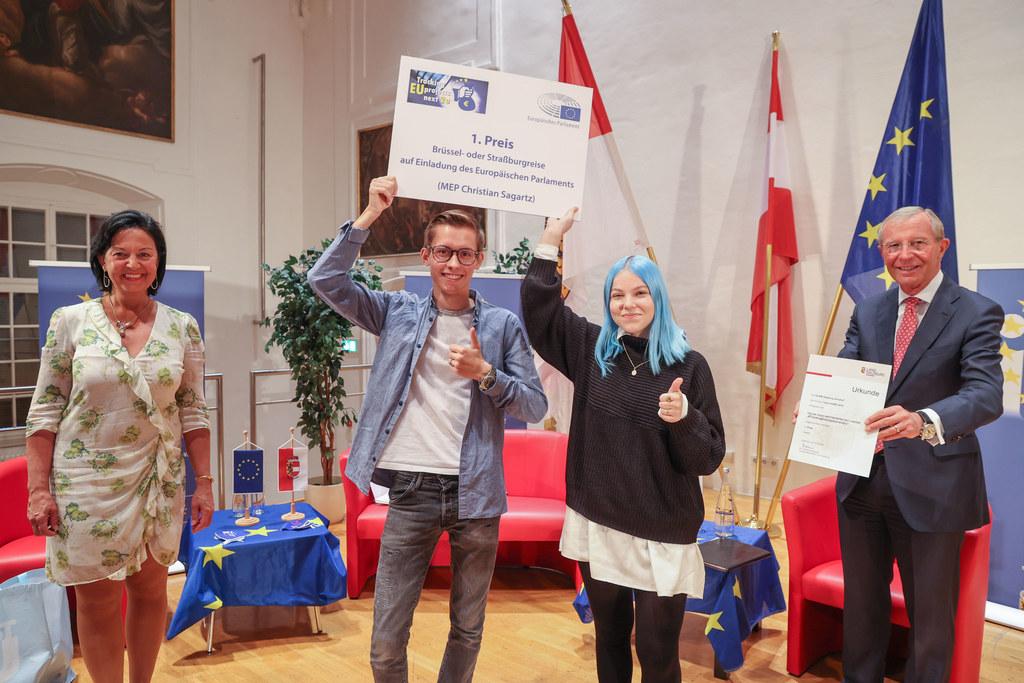 Für die Siegergruppe aus dem Annahof nahmen Moritz Strobl und Mona Eder die Urkunde von Gritlind Kettl (Europe Direct) und LH Wilfried Haslauer entgegen.