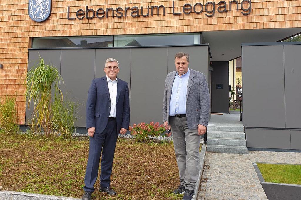 """LR Josef Schwaiger besichtigte mit Bgm. Josef Grießner das """"Lebensraum Tageshospiz"""" in Leogang."""