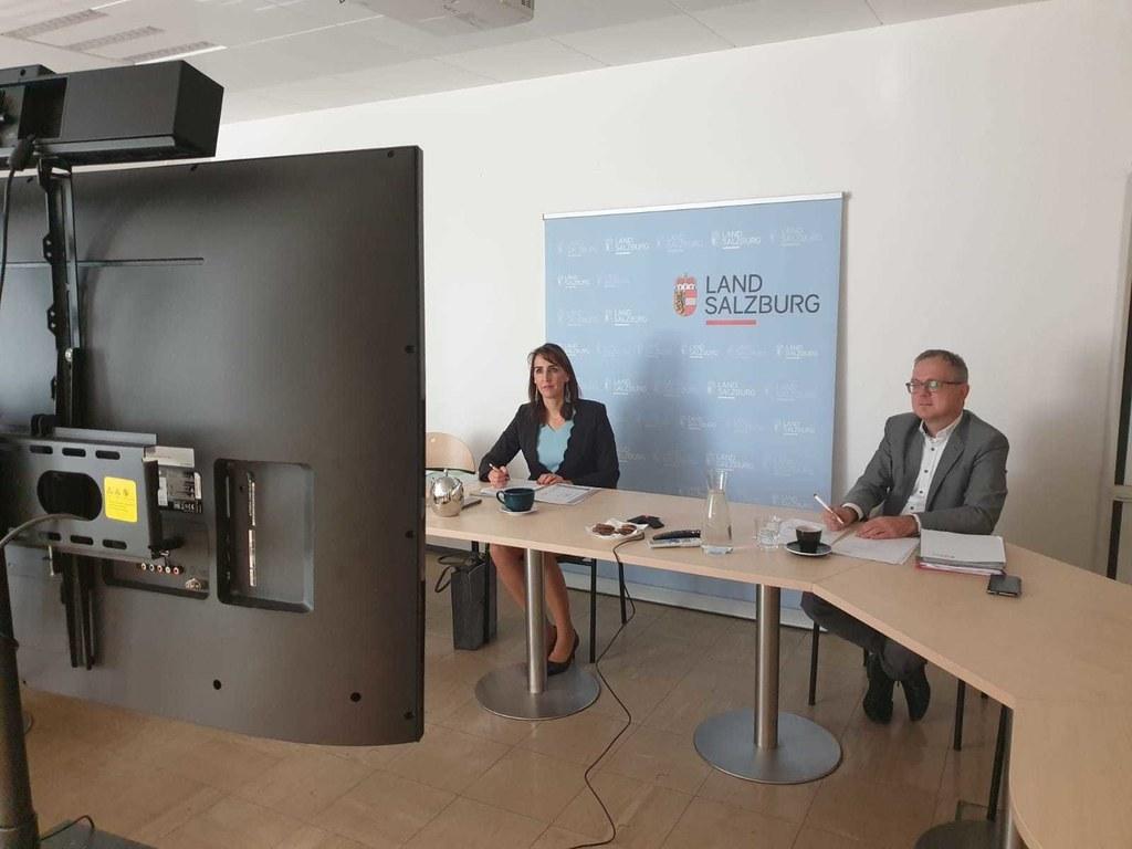 """LR Maria Hutter und Markus Graggaber, Leiter der Naturschutz-Abteilung, verfolgen die Konferenz:  """"Beim Schutz der Moore gilt das Land Salzburg als Vorreiter und Musterbeispiel."""""""