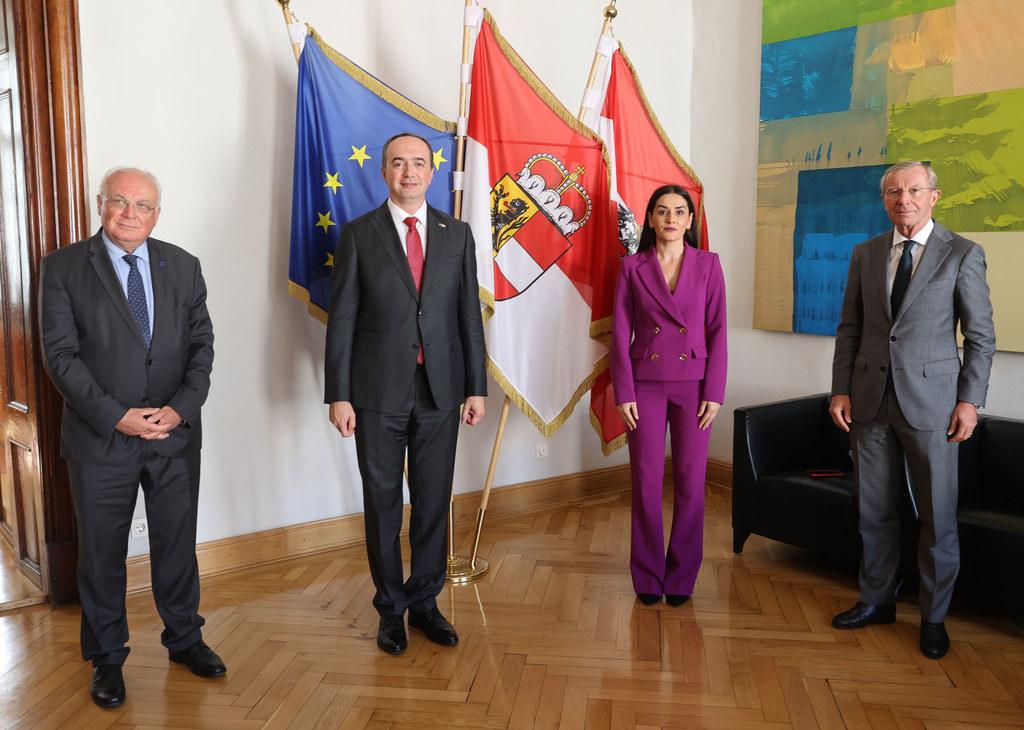 Begleitet wurde Botschafter Lulzim Pllana von der ersten Botschaftssekretärin Shkurte Kasniqi. Franz Schausberger (Vorsitzender IRE) nahm am Termin ebenfalls teil, im Bild mit LH Wilfried Haslauer.