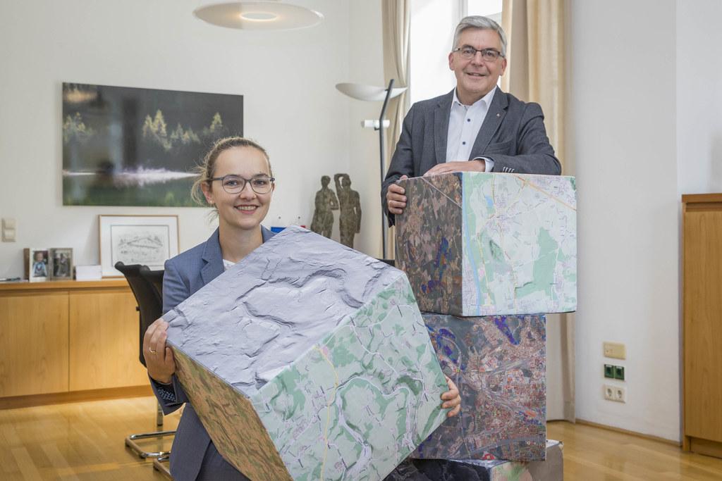 """""""Vom Häuslbauer bis zur großen Firma - unsere Daten sollen von jedem genutzt werden"""", betont LR Josef Schwaiger, im Bild mit Victoria Achatz vom Referat Geodateninfrastruktur."""
