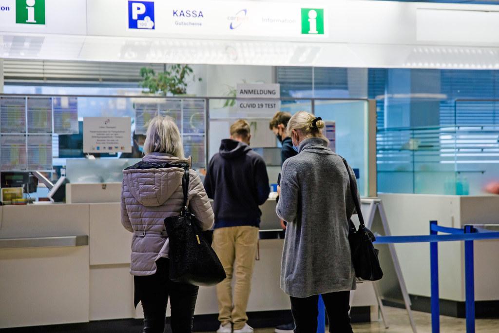 """Die Covid-Teststation am Salzburger Flughafen erweitert ihre Öffnungszeiten. """"Gerade auf einem Flughafen ist eine gut besetzte Corona-Teststation sehr wichtig"""", betont Landeshauptmann-Stellvertreter Christian Stöckl."""