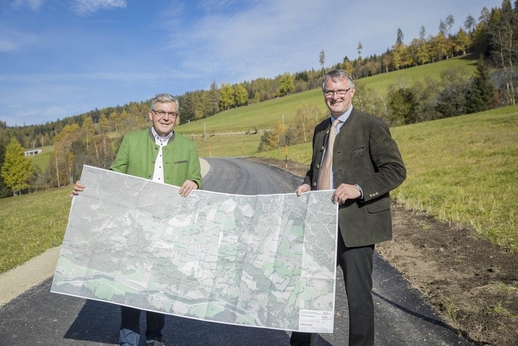 LR Josef Schwaiger und der Tamsweger Bürgermeister Georg Gappmayer auf einem bereits sanierten Teilstück des Güterwegs Hinterlasaberg.
