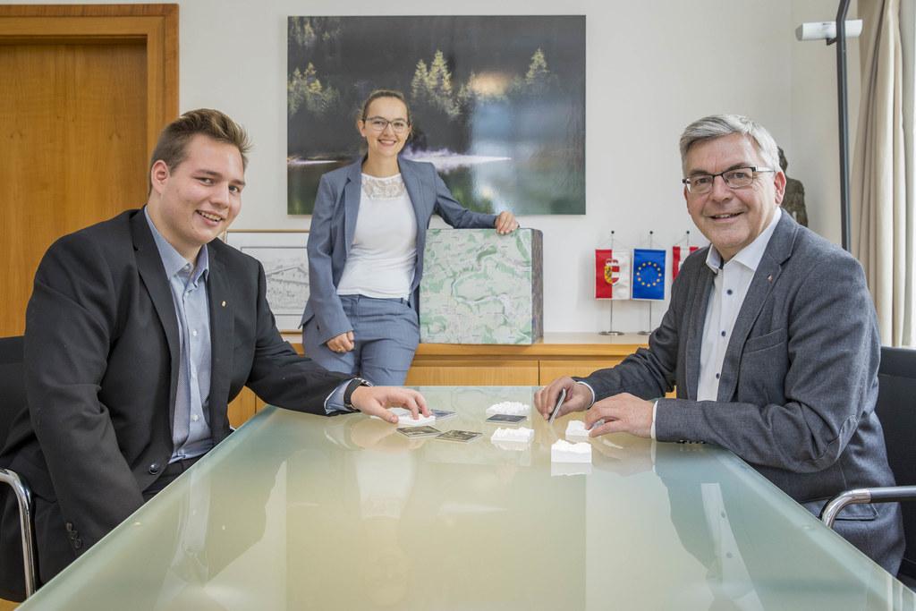 """""""Der Lehrberuf Geoinformationstechniker ist in einer vernetzten Zukunft unverzichtbar"""", betont LR Josef Schwaiger, im Bild mit Arne Baumgartner und Victoria Achatz (Referatsleitung Geodateninfrastruktur)."""