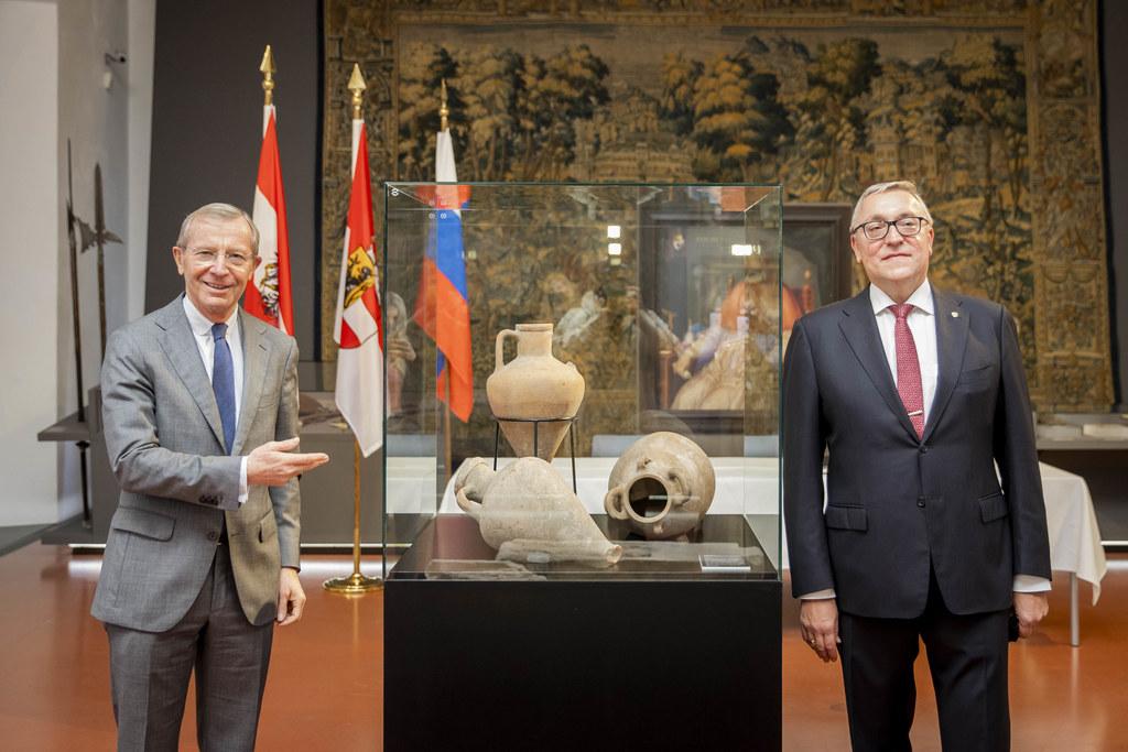 LH Wilfried Haslauer und Botschafter Dmitrij Ljubinskij bei der Restitution von fünf Grabreliefs und drei Amphoren an das Archäologische Museum in Temryuk.
