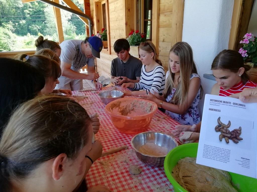 Die Schülerinnen und Schüler beim Formen von Brotskulpturen (Archivbild).