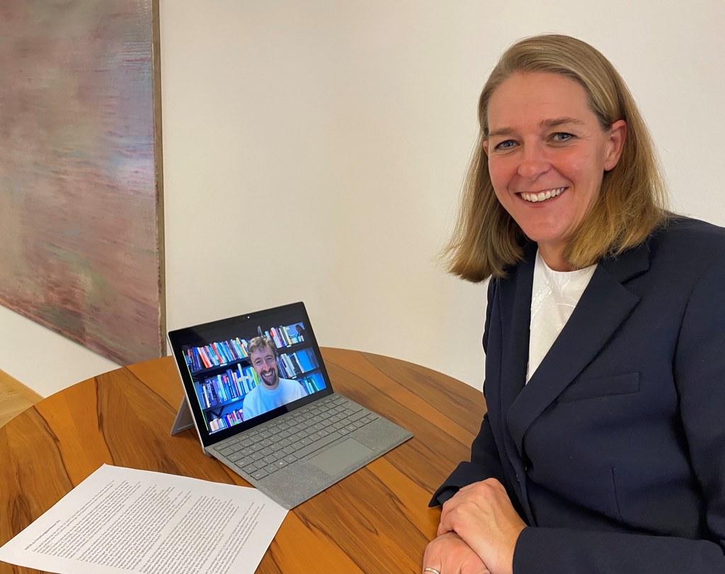 LR Andrea Klambauer gratulierte dem neuen Stiftungsprofessor am Center für Human-Computer Interaction der Universität Salzburg, Christopher Frauenberger, online.