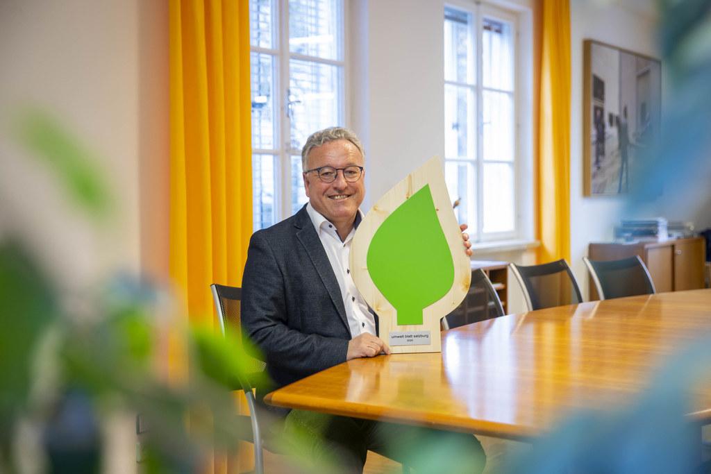 """""""Das umwelt blatt zeichnet Unternehmen, Gemeinden und Institutionen aus, die sich im Klimaschutz verdient gemacht haben"""", so LH-Stv. Heinrich Schellhorn."""