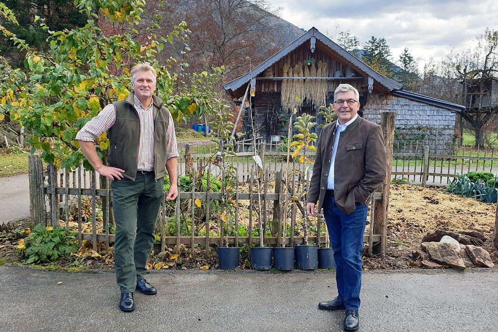 """""""Das Wissen über Obst- und Gartenbau soll in Salzburg möglichst vielfältig und umfassend weitergegeben werden"""", so LR Josef Schwaiger und Verbands-Chef Josef Wesenauer."""
