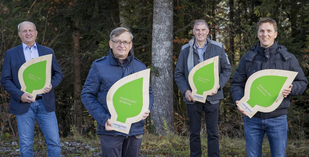 Stolz präsentieren die vier Unternehmensvertreter des Holzclusters Abtenau ihr umwelt blatt salzburg: Anton Pölzleitner, Christian Pölzleitner, Jakob Stranger und Johann Weinberger.