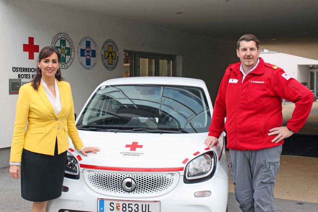 Schnelltests an Schulen starten, LR Maria Hutter mit Helmut Steinkogler, Leiter des Rotkreuz-Rettungsdiensts.