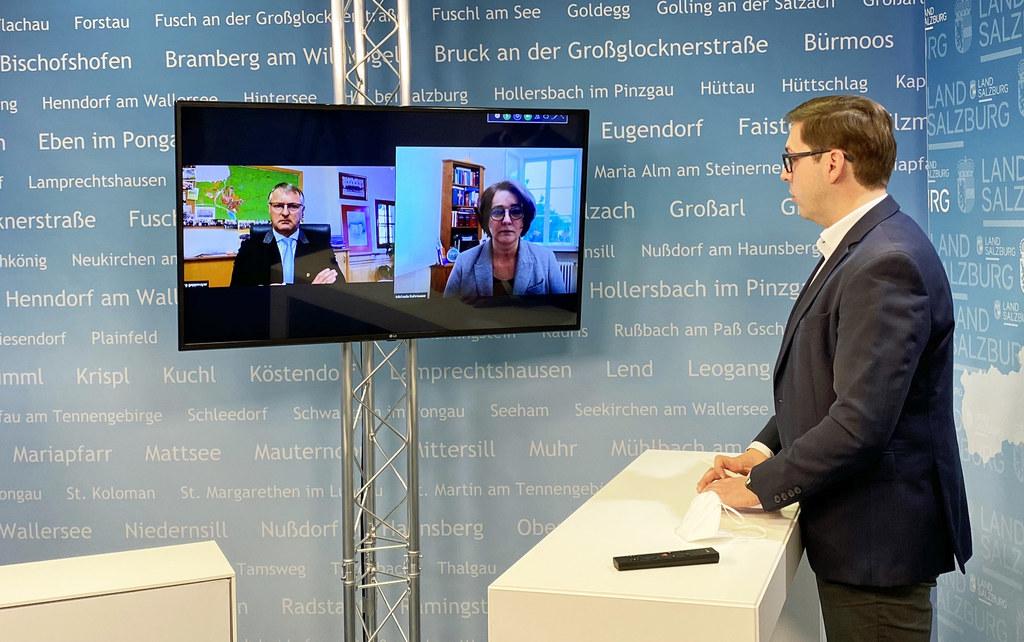 Bgm. Georg Gappmayer und Bezirkshauptfrau Michaela Rohrmoser waren am Montag ins Video-Studio des Landes-Medienzentrums zugeschaltet.