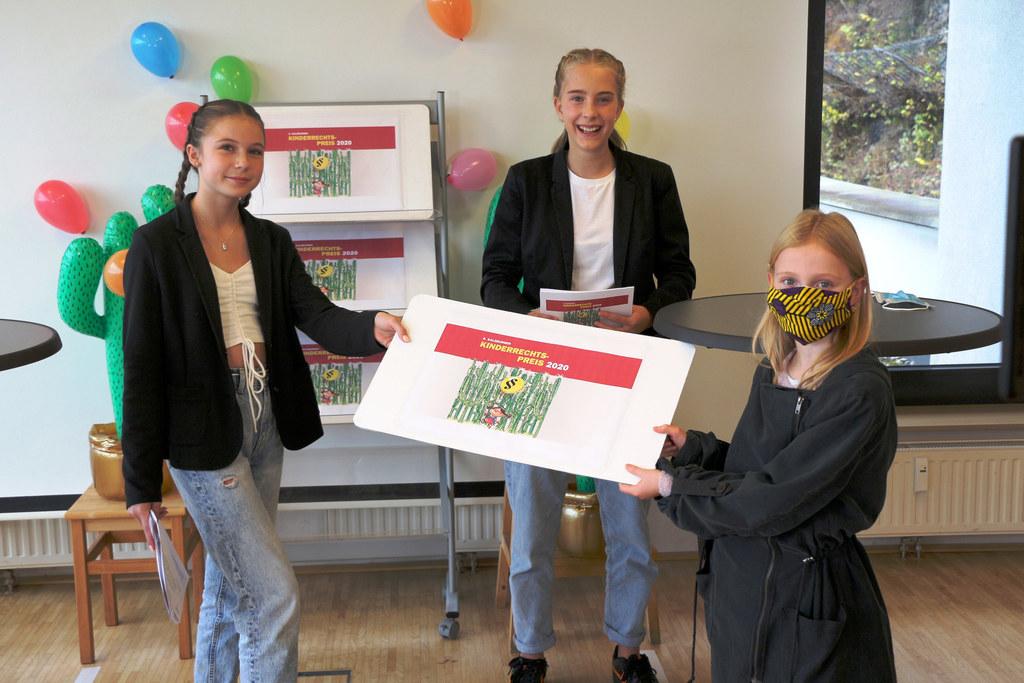 Emma (links) und Luisa (Mitte) führten als Moderatorinnen souverän durch die Online-Veranstaltung. Nora (rechts) meisterte die Aufgabe, analoge Preise digital zu übergeben.