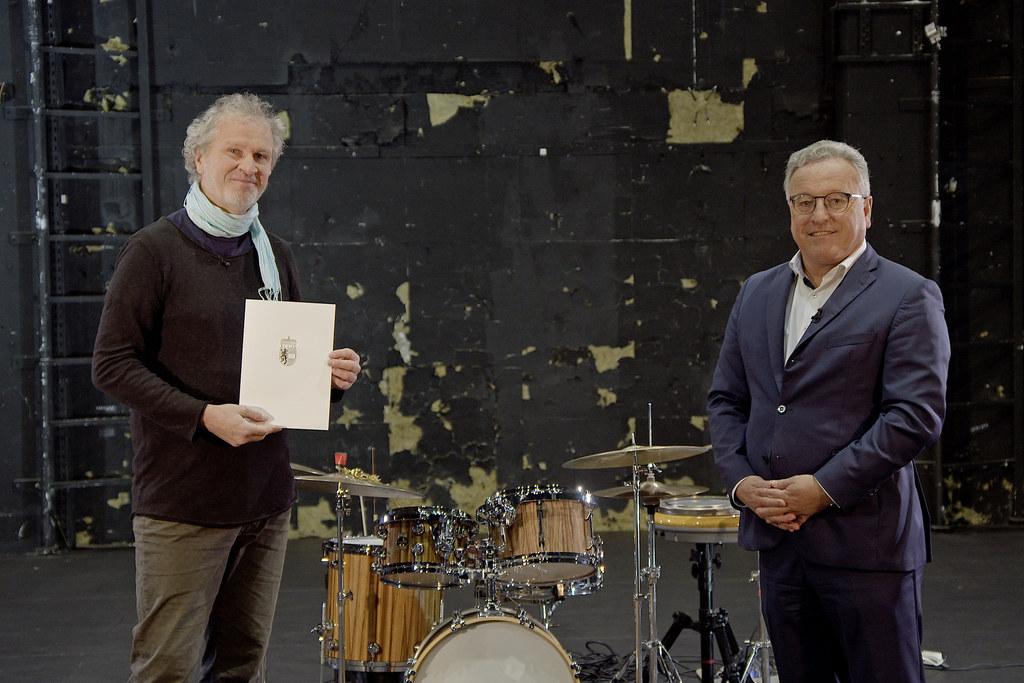 Der Große Kunstpreis des Landes für Musik geht an den Schlagzeuger und Perkussionist Robert Kainar, im Bild mit LH-Stv. Heinrich Schellhorn.