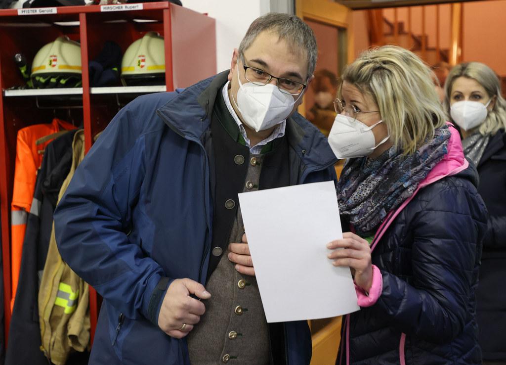 Martin Promok, Bürgermeister von Annaberg-Lungötz, hier im Bild mit einer Mitarbeiterin des Testteams, hofft, dass sich mindestens die Hälfte der Gemeindebürger testen lässt.