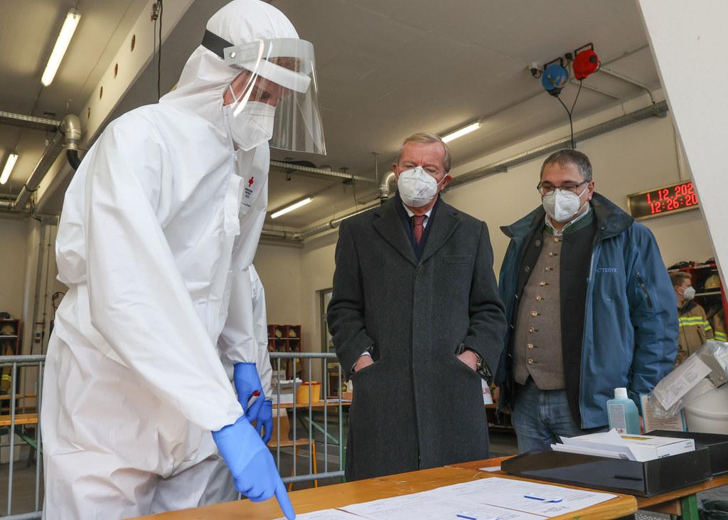 LH Wilfried Haslauer besuchte am Dienstagmittag die Corona-Teststation im Feuerwehrhaus in Annaberg. Bgm. Martin Promok ist bisher zufrieden mit dem Zustrom.