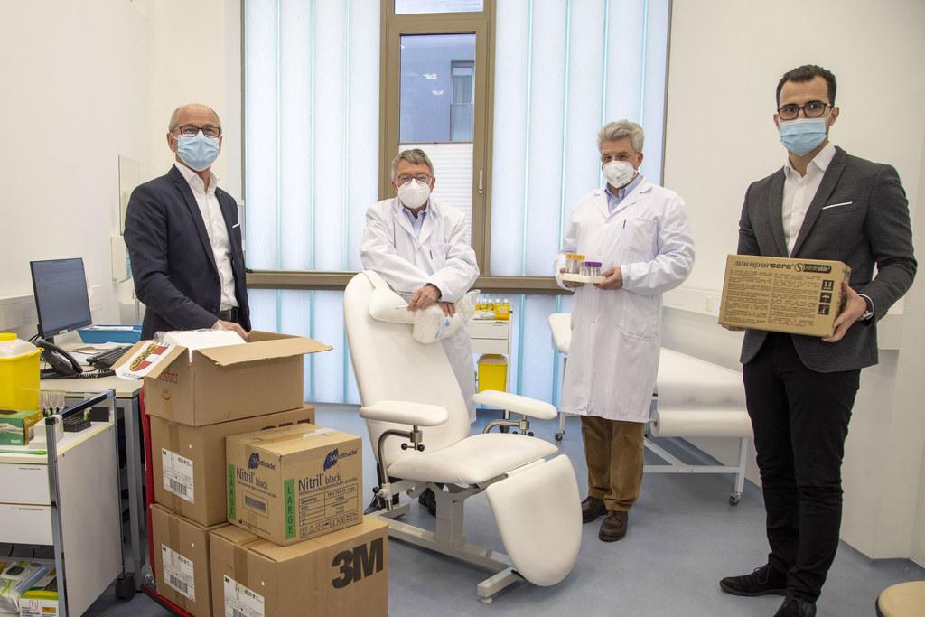 LH-Stv. Christian Stöckl, Karl Forstner (Präsident Ärztekammer Salzburg), Hans Georg Mustafa (Medilab) und Tarik Mete (ÖGK) in den Räumlichkeiten der neuen Infektordination.