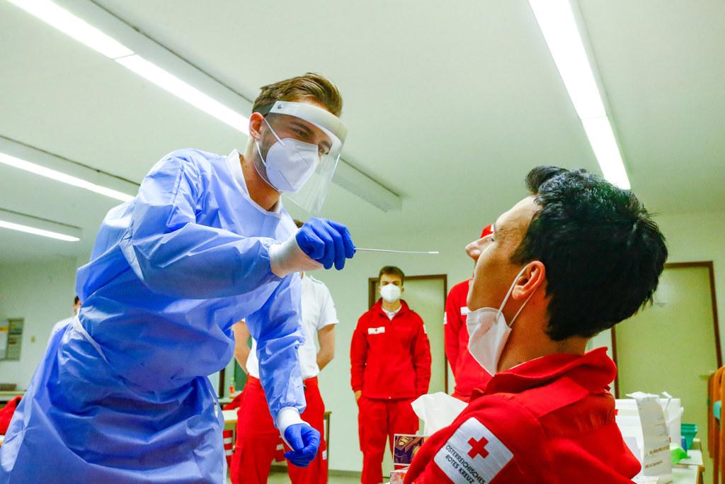 Der perfekte Abstrich. Maximilian Archam vom Roten Kreuz St. Johann weiß, wie er geht, er hat schon mehr als 5.000 gemacht. Der Zivildiener wird am Sonntag in Schwarzach die Schnelltests durchführen.