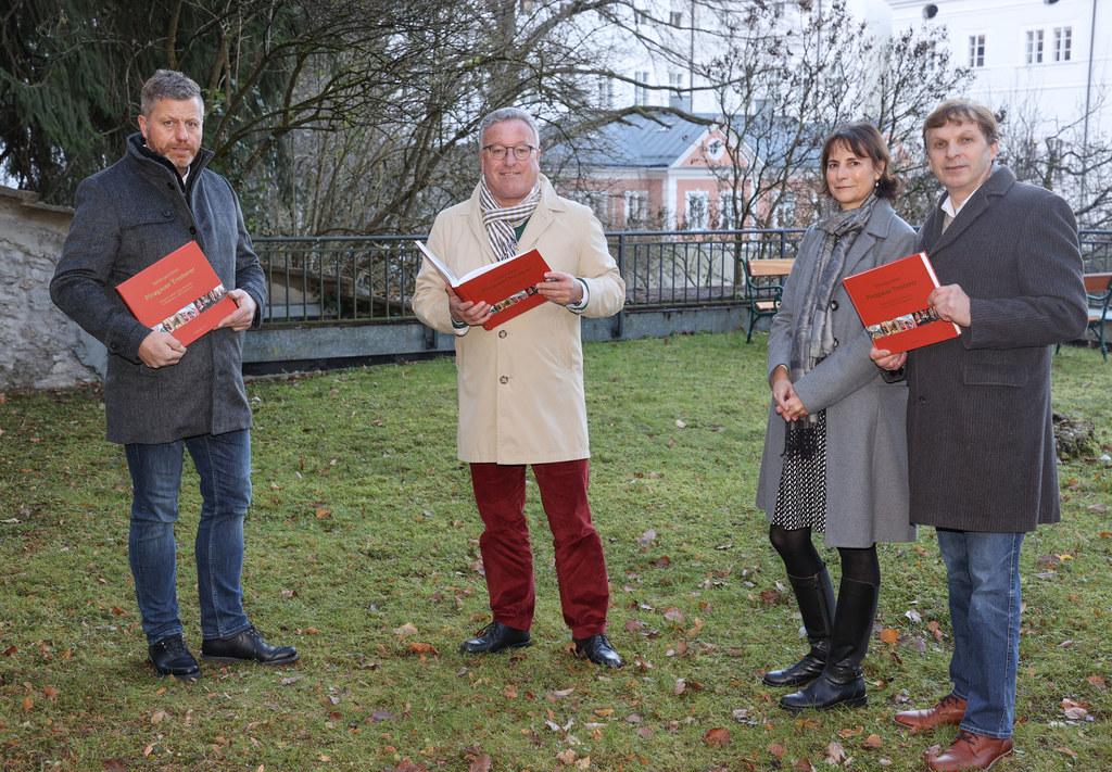 Dem Pinzgauer Tresterer-Brauch wurde ein 300 Seiten starker Bildband gewidmet, im Bild: Mitautor und Tresterer Günter Mayrhofer, LH-Stv. Heinrich Schellhorn sowie die beiden Herausgeber Susanne Dankl-Vötter und Christian Vötter.