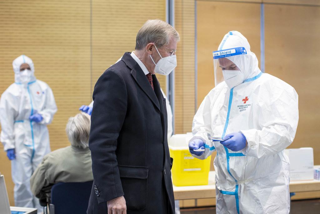 LH Wilfried Haslauer ließ sich im Kongresshaus von den Helferinnen und Helfern alles erklären. Die Logistik dahinter ist enorm und wurde vom Katastrophenschtuz des Landes in Zusammenarbeit mit den Einsatzorganisationen und der Stadt Salzburg geplant.