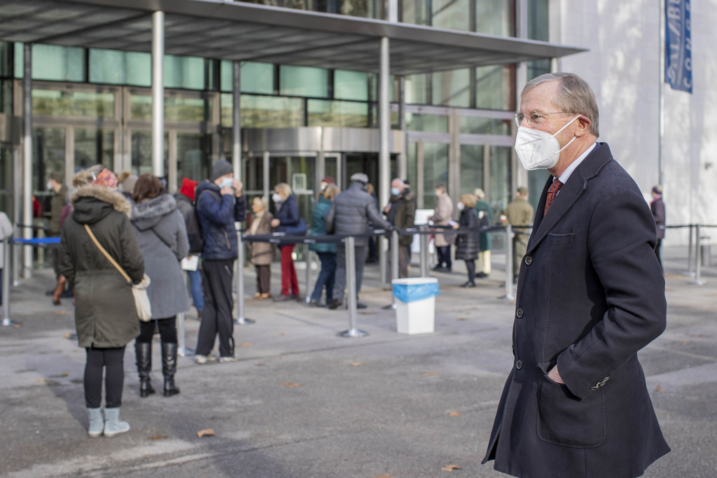 LH Wilfried Haslauer besuchte am Freitag das Kongresszentrum. Das Interesse an den Tests auf das Corona-Virus ist groß, im Kongresshaus wurden daher schnell zusätzliche Testlinien eingerichtet.