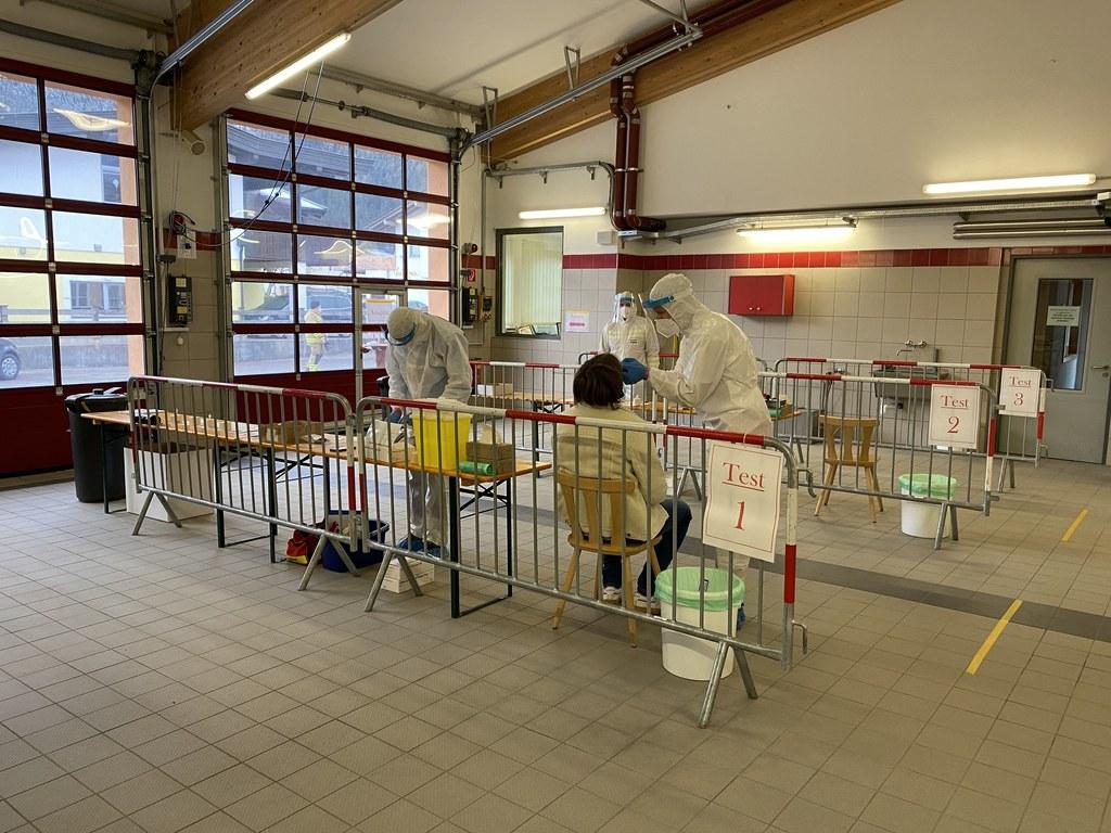 Im Testlokal in der Feuerwehrzeugstätte St. Martin bei Lofer nimmt das Team seit 8 Uhr in der Früh die ersten Abstriche ab.