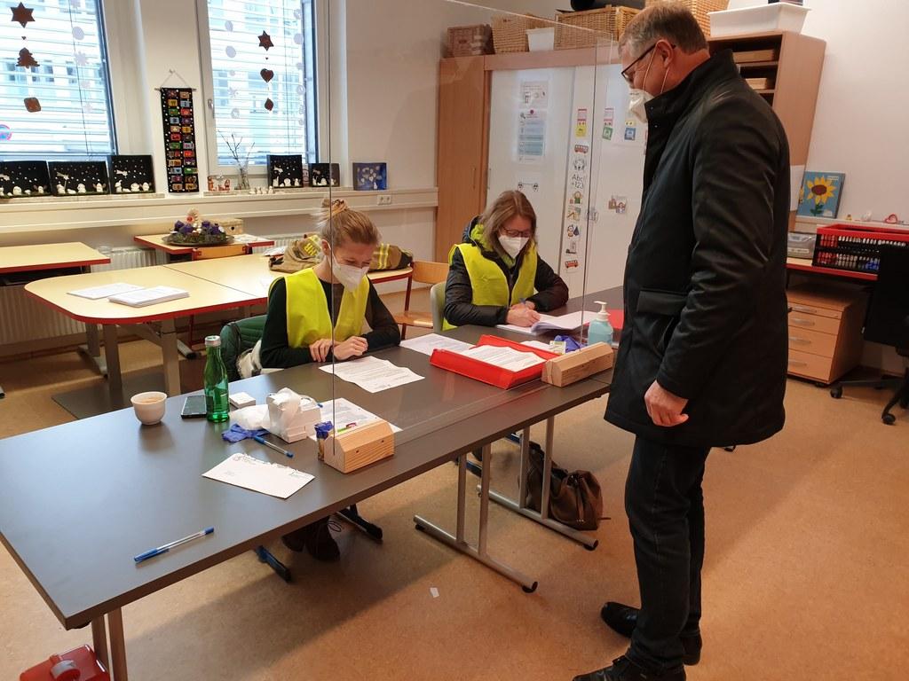 Bürgermeister Georg Gappmayer hilft auch selber mit. Hier im Bild mit den Damen an der Registrierung Judith Breuß und Brigitte Koch.