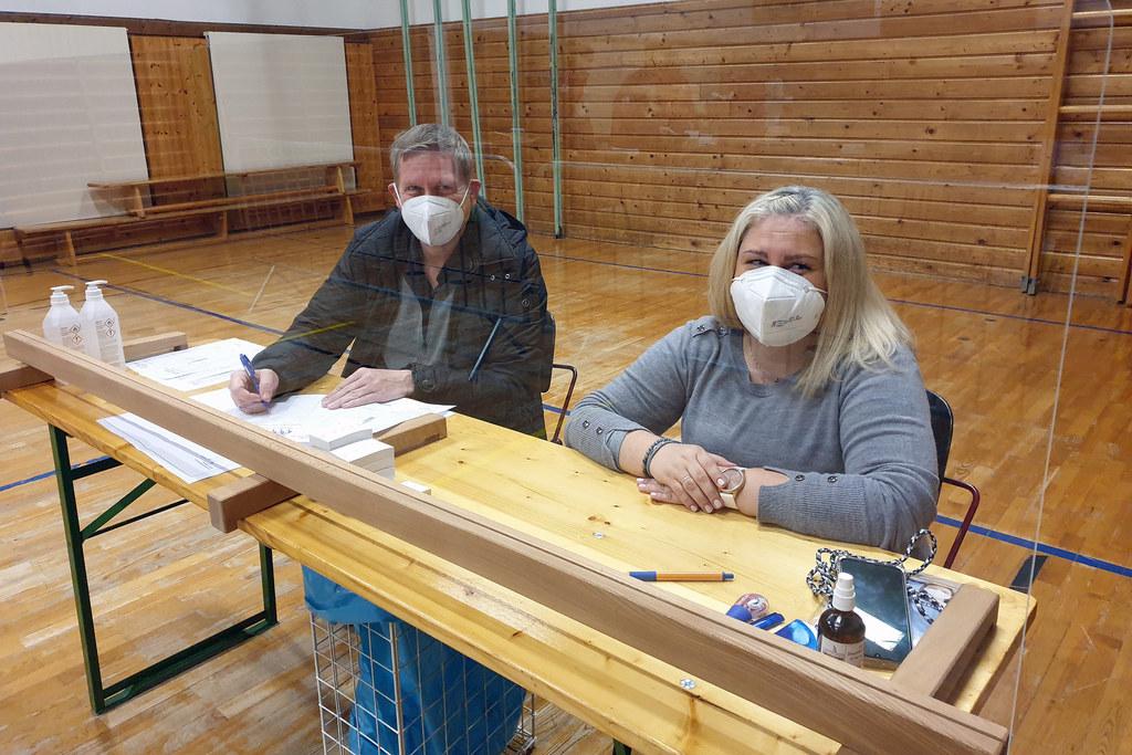 Kuchls Bgm. Thomas Freylinger an der Registrierung mit Helferin Daniela Siller. Einsatzorganisationen und Gemeinden arbeiten Hand in Hand.