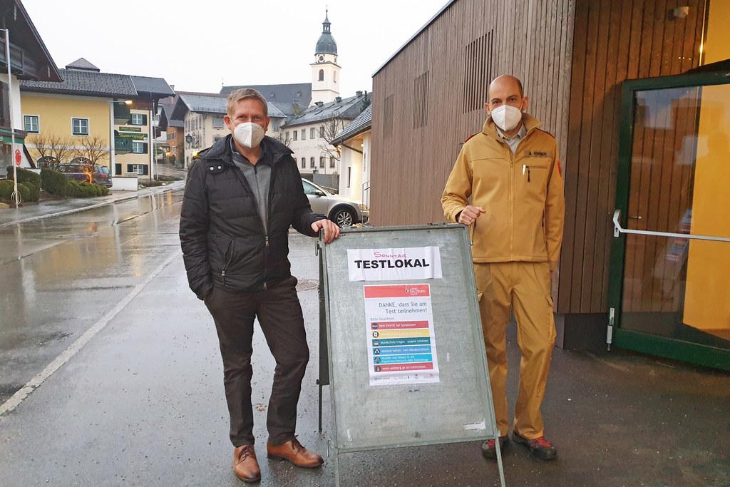 Bürgermeister Thomas Freylinger packte in Kuchl selber mit an. Hier im Bild mit Martin Wimmer von der Freiwilligen Feuerwehr Kuchl.