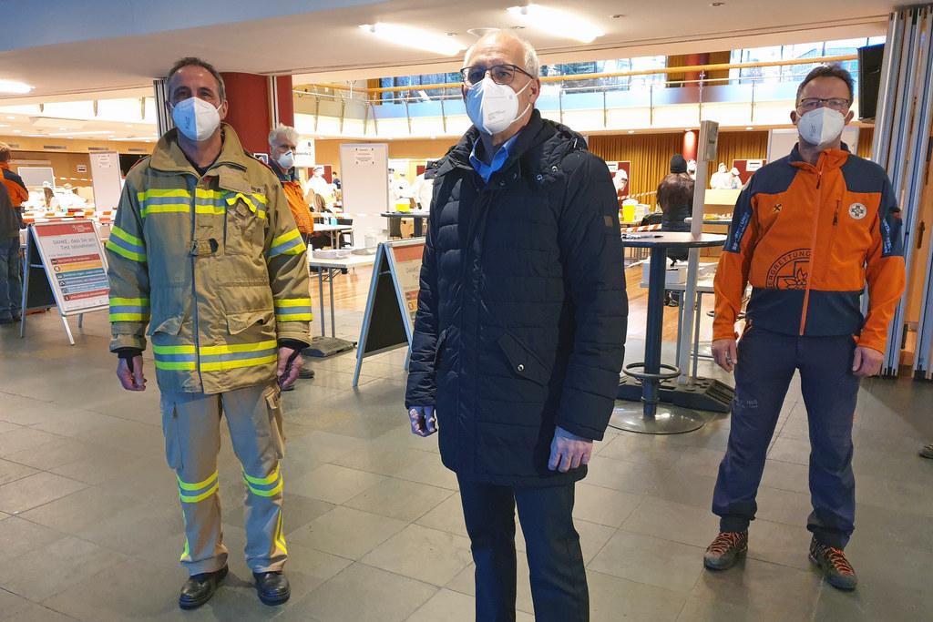 Bgm. Günther Mitterer ist stolz auf die gute Zusammenarbeit mit den Einsatzorganisationen. Hier im Bild mit Johann Überbacher (Ortsfeuerwehrkommandant) und Robert Kappacher (Ortsstellenleiter der Bergrettung).