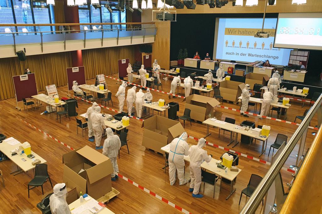 Die Abstrichteams beim Aufbau der Teststraßen im Kultur- und Kongresszentrum St. Johann.