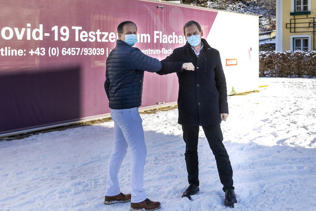 In Flachau gibt es heute eine Besonderheit. Hausarzt Dr. Harald Breitfuß und Bgm. Thomas Oberreiter erproben ihr Testzentrum. Es wird im Winter für Gäste sowie Tourismusmitarbeiter schnelle Ergebnisse liefern.