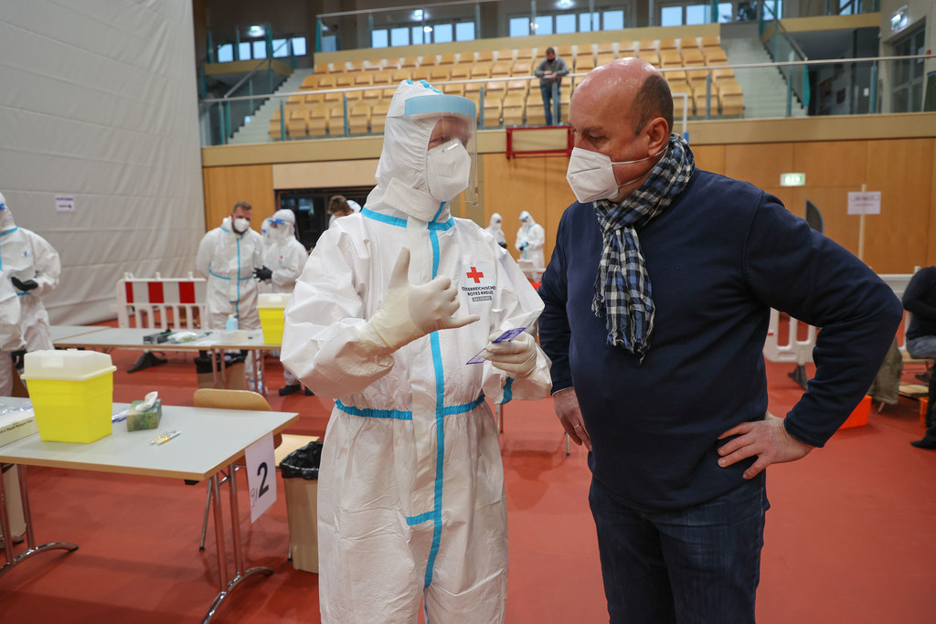 Testen in Wals: Bgm. Joachim Maislinger mit Peter Gunz vom Roten Kreuz.