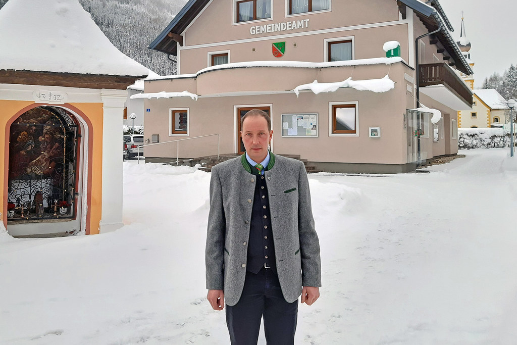 Der neu gewählte Twenger Bürgermeister Franz Kaml vor dem Gemeindeamt.