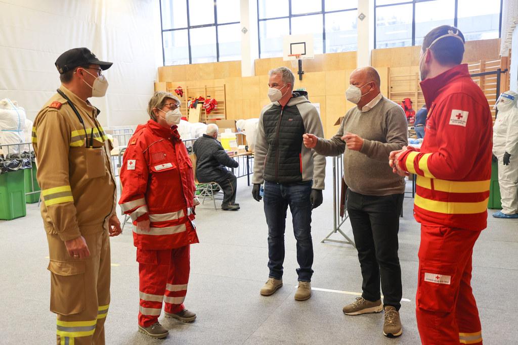 Der Bürgermeister von Seekirchen Konrad Pieringer und Bernhard Schnöll vom Roten Kreuz im Gespräch mit den Vertretern der Einsatzorganisationen.