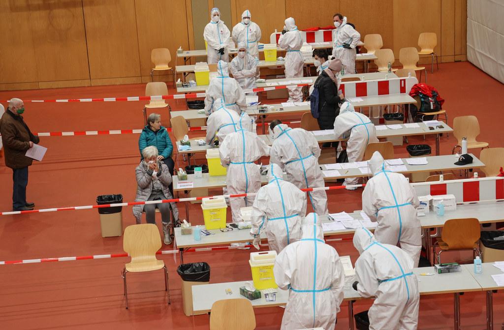 Gratis-Coronatests sind mittlerweile für viele Salzburgerinnen und Salzburger zum Alltag geworden. Im Archivbild der Massentest am 13. Dezember 2020 in der Walserfeldhalle in der Gemeinde Wals Siezenheim.