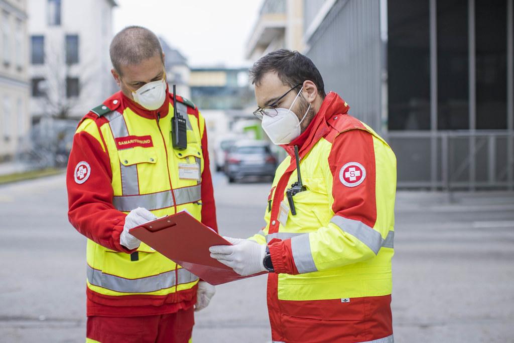 Markus Rachensberger mit seinem Kollegen Sanel Burzic bei einer kurzen Lagemeldung.