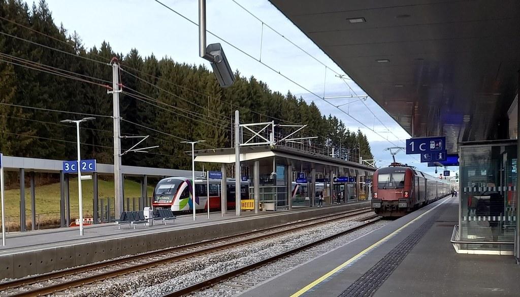 Die erste Etappe im Ausbau des Schienenverkehrs zwischen Steindorf und Neumarkt am Wallersee ist geschafft: Die Haltestelle in Neumarkt ist weitgehend fertig.