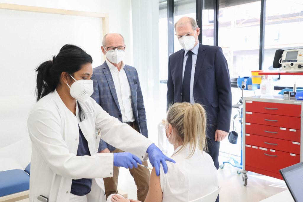 Den Anfang der Impfungen für medizinisches und pflegerisches Personal in den Spitälern machte heute unter anderem das Tauernklinikum Zell am See. Im Bild: LH-Stv. Christian Stöckl und der Geschäftsführer der Tauernkliniken, Franz Öller.