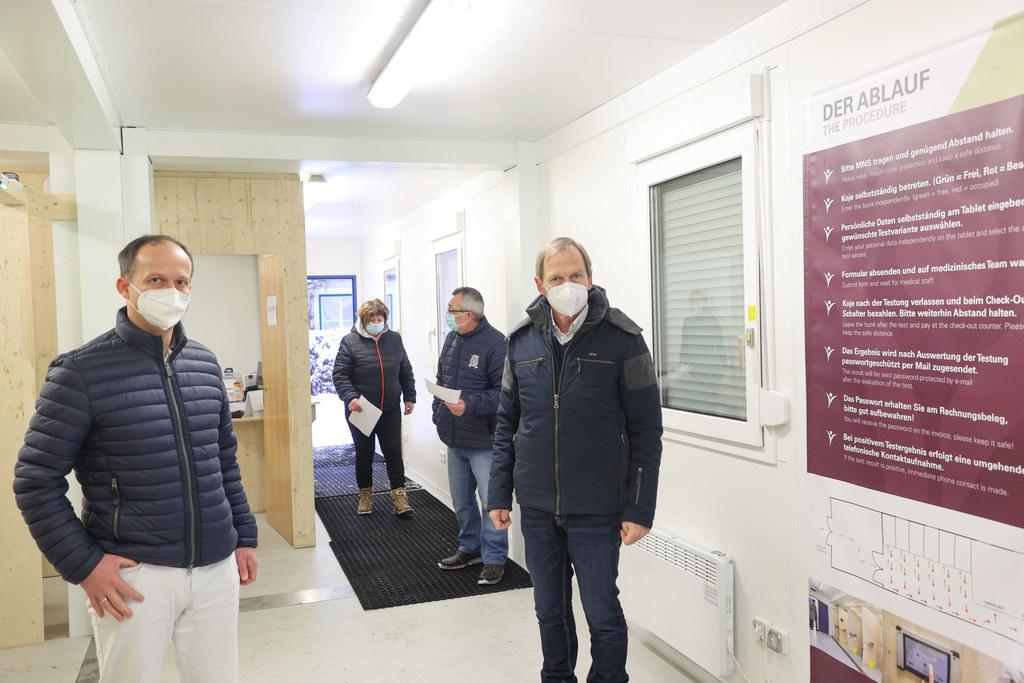 In Flachau fanden heute kostenlose Corona-Tests für die gesamte Bevölkerung statt.  Im Bild Gemeindearzt Harald Breitfuß und Bürgermeister Thomas Oberreiter.