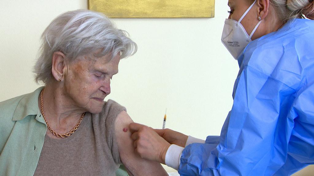 Salzburgs Seniorenwohnhaus-Bewohner sind heute dank der Covid-19-Schutzimpfung das erste Mal seit Monaten komplett ohne Corona-Infektion. Im Bild Eleonore Huber, Bewohnerin des Kuchler Seniorenwohnheimes bei ihrer zweiten Impfung im Jänner 2021.